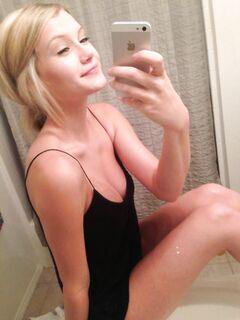 Блондинка в домашней обстановке позирует голышом перед зеркалом