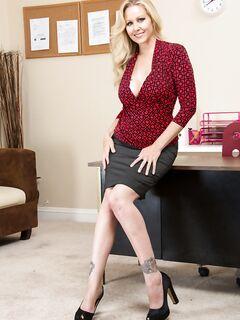 Белокурая леди в офисе разделась на рабочем диване