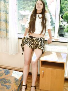 19летняя девушка показывает небритую киску у окна