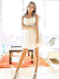Alexis Adams позирует обнаженная на кровати