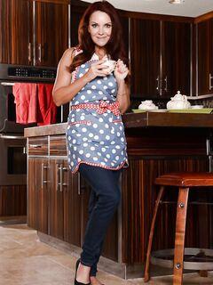 Janet Mason на кухонной тумбе показала стриптиз