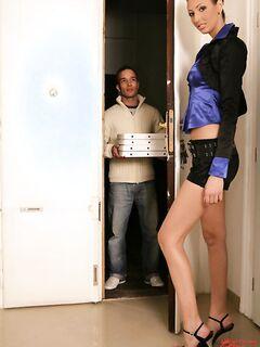 Брюнетка отсосала у разносчика пиццы