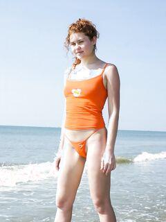 Рыжеволосая модель сверкает пикантными местами на пляже