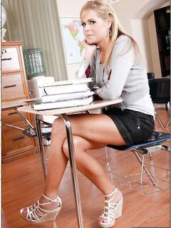 Студентка показывает писю преподу