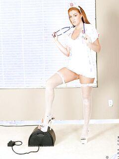 Рыжеволосая медсестра удовлетворяется секс игрушкой