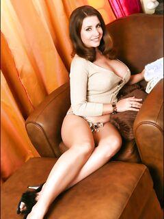 Милая Erica Campbell хвастает большими дойками