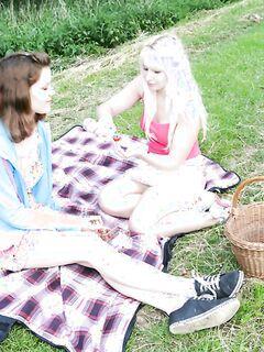 Две лесбиянки трахаются на береге речки