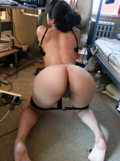 Подборка девушек светящих голыми задницами