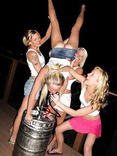 Четыре пьяные лесбиянки лекают письки друг дружке