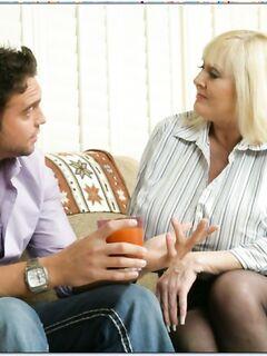 40-ка летняя блондинка с огромными сиськами соблазнила парня