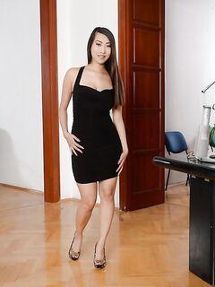 Азиатская секретарша разделась в кабинете начальника
