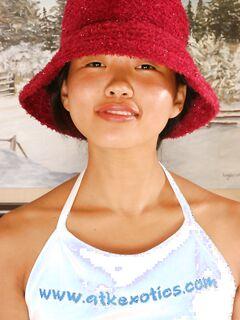 Азиатка проникает в волосатую щелку пальчиками