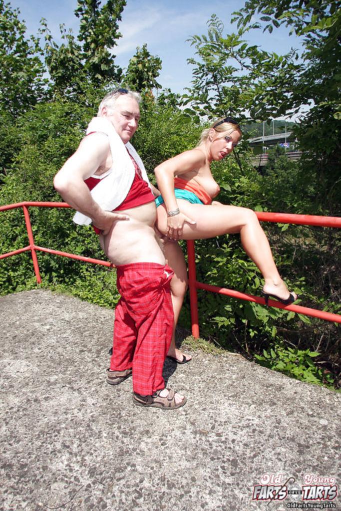 Мажор вдул своей любовнице на свежем воздухе