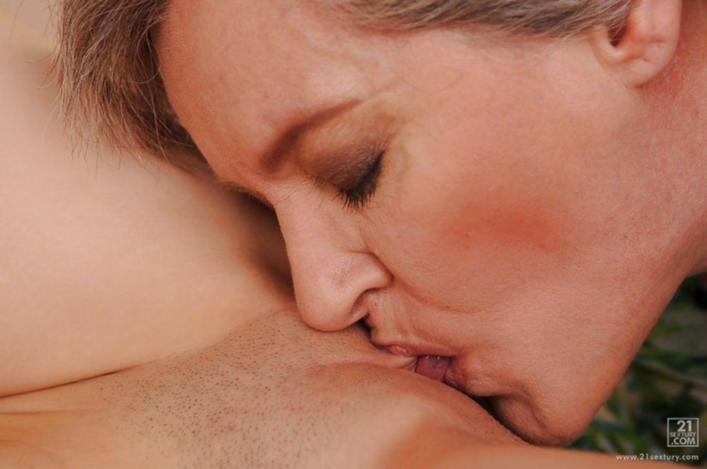 Бывалая старушка учит молодую стерву лесбийскому сексу