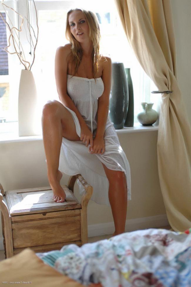 Chikita в белом прозрачном платье у окна