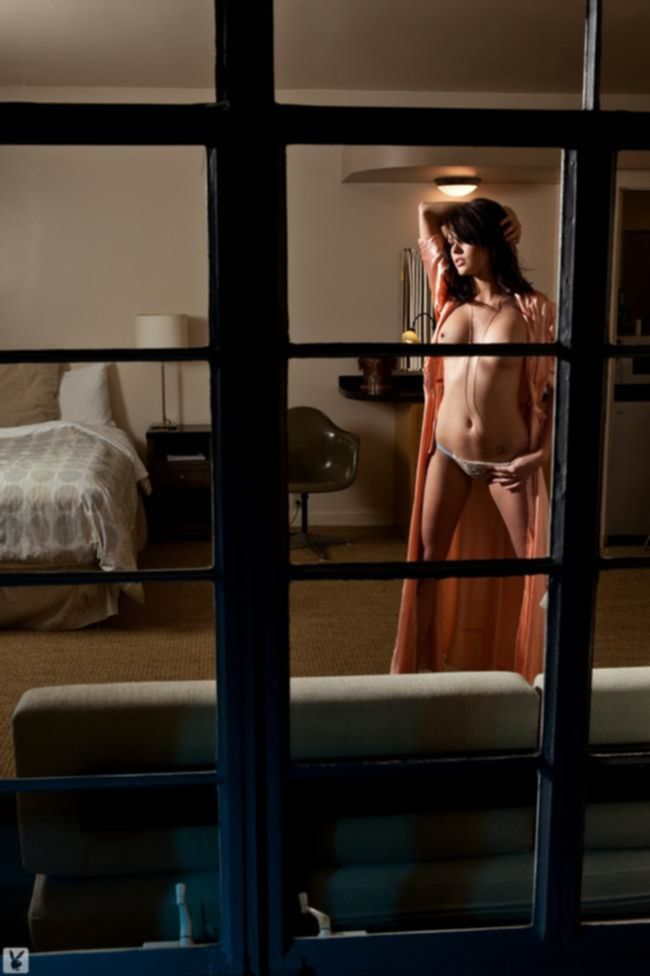 Bethanie Badertscher обнажается у окна