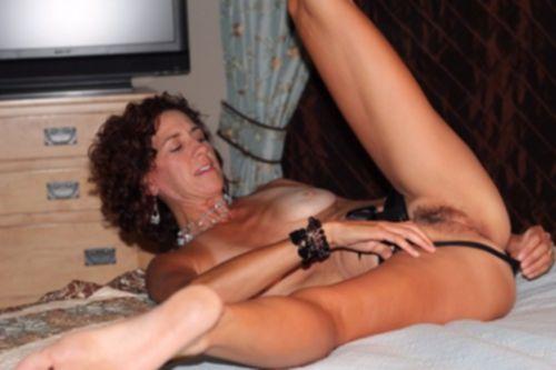 Дамы раздвигают ножки и показывают голые пилотки