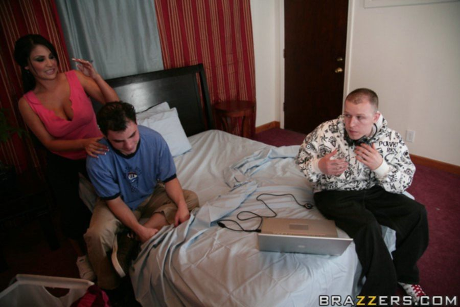 Брюнетка удовлетворила парня на массажном столе