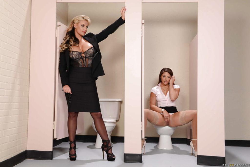 Начальница мастурбирующую в туалете бухгалтершу