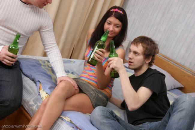 Пьяная крошка удовлетворяет своих двух друзей