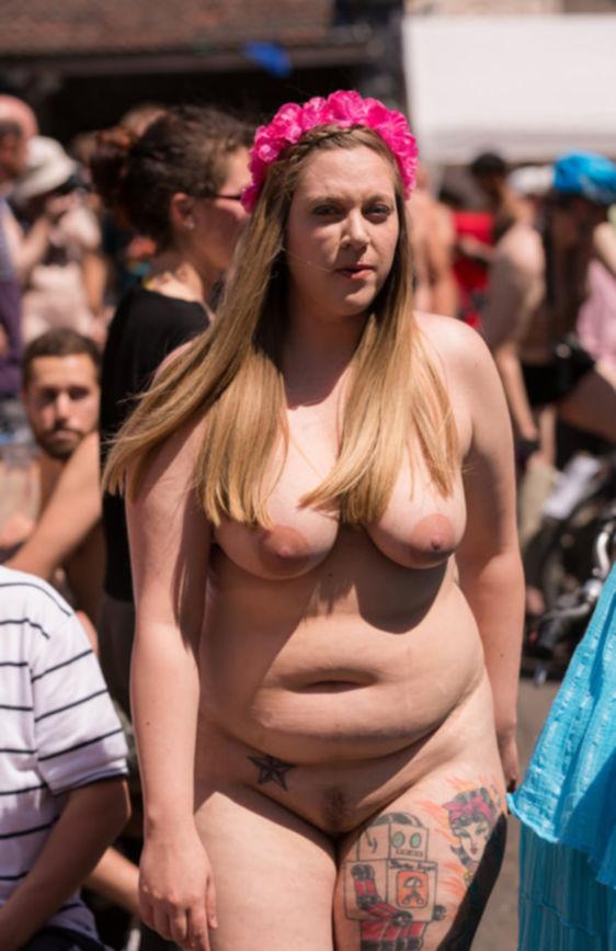 Девки выставили напоказ свои большие дойки