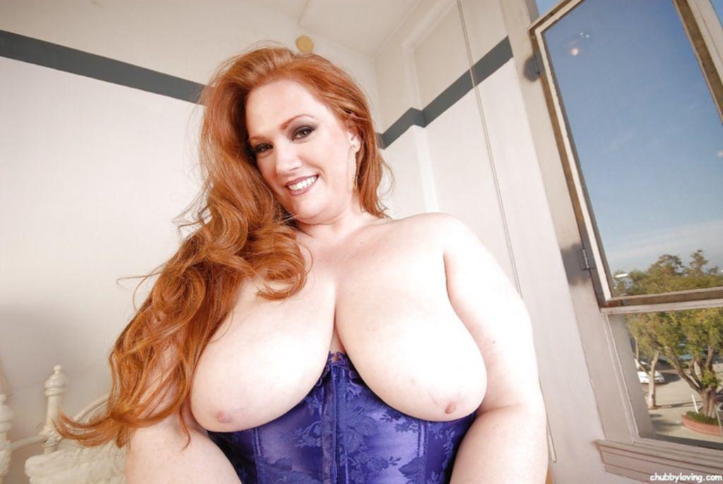 Одинокая женщина в теле хвастается большой грудью и тугой киской