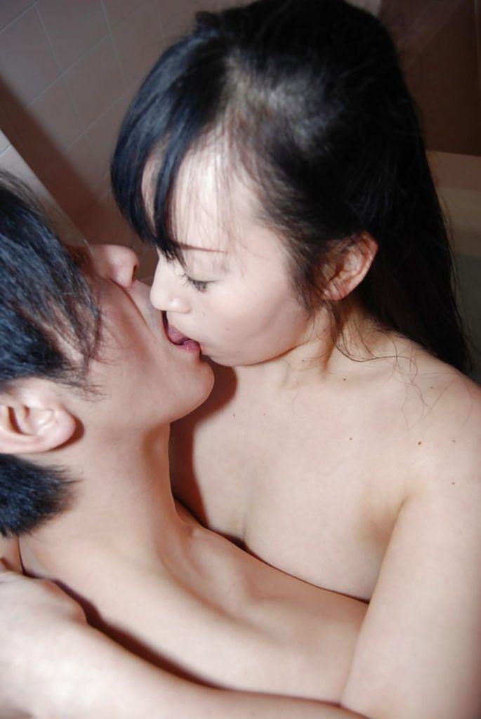 Муж трахает голую жену раком в ванной