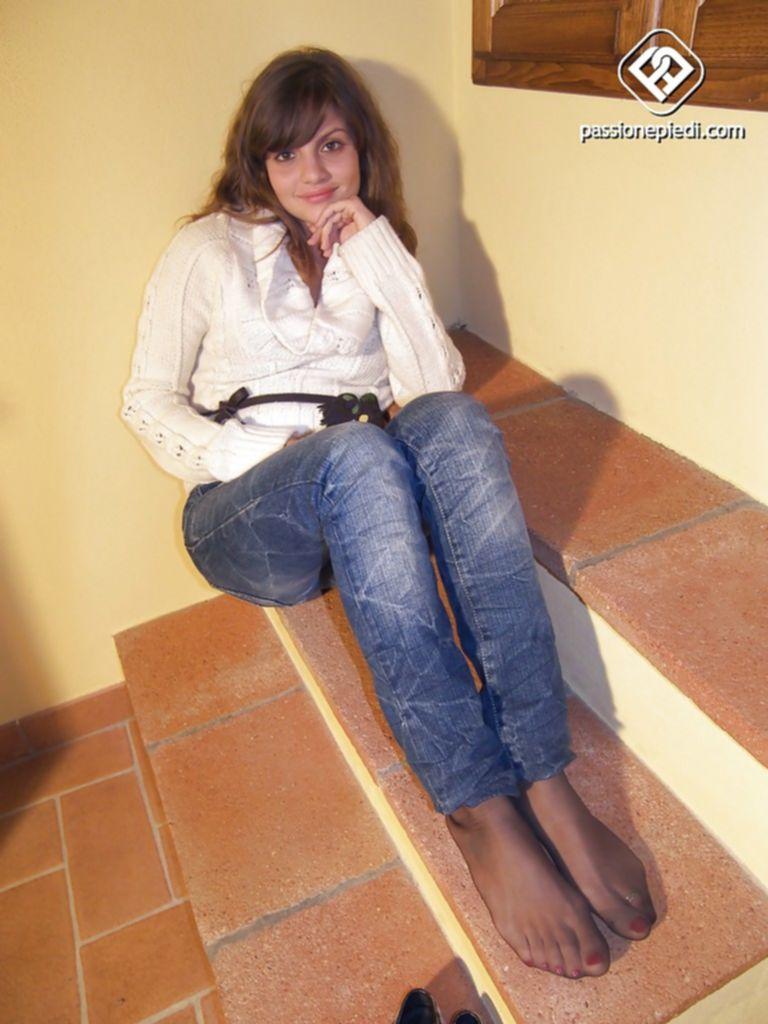 Ann Aluce's на ступеньках показывает ступни в колготах