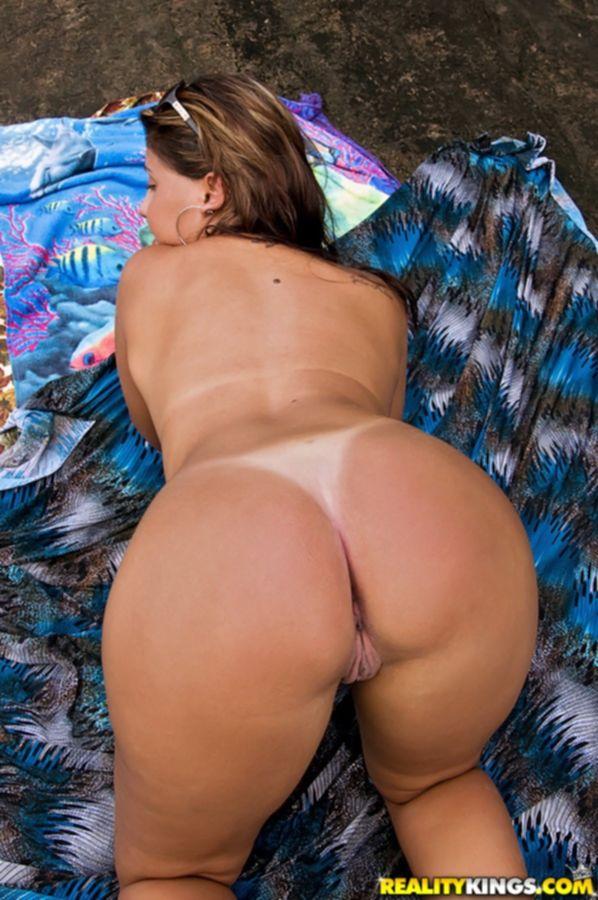 Бразильянка в бикини раздевается на берегу моря