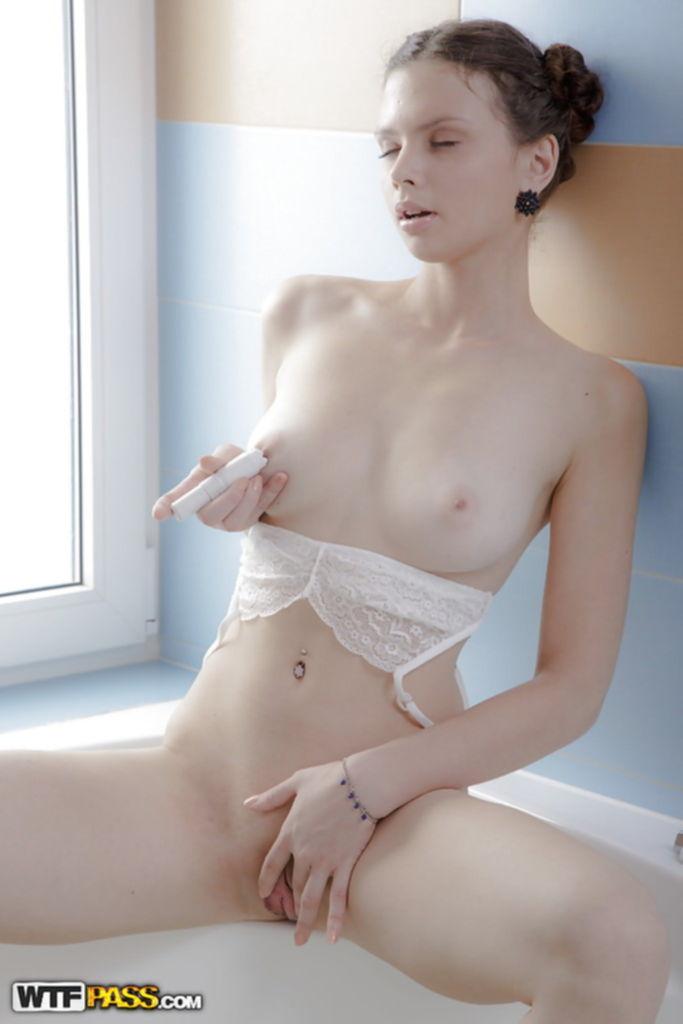 Хрупкая милашка удовлетворила себя в ванной комнате