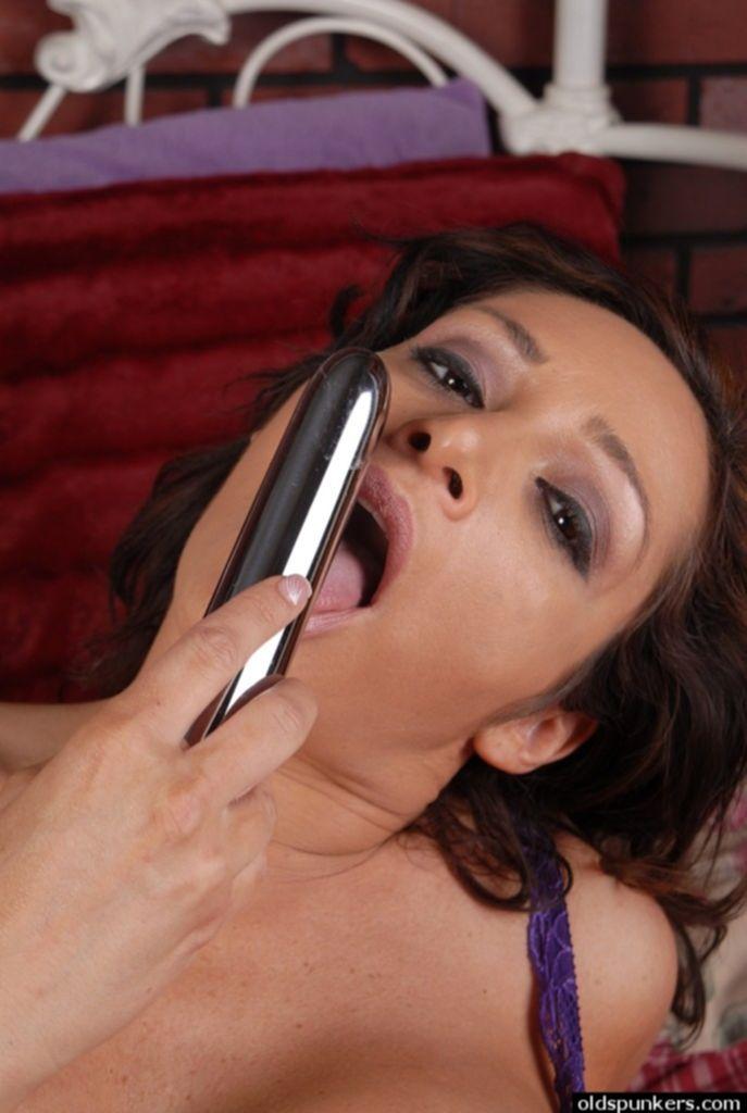 Грудастая мамаша трахнула себя секс игрушкой