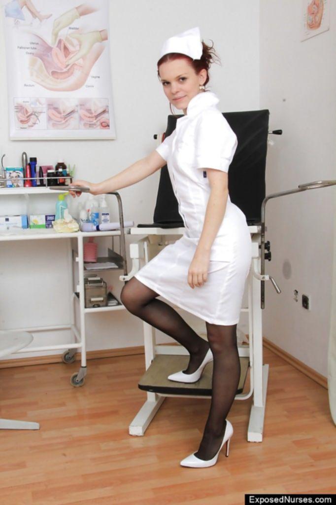 Медсестра ласкает пизду в гинекологическом кресле
