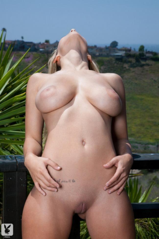 Carlye Denise обнажает свое сексуальное тело