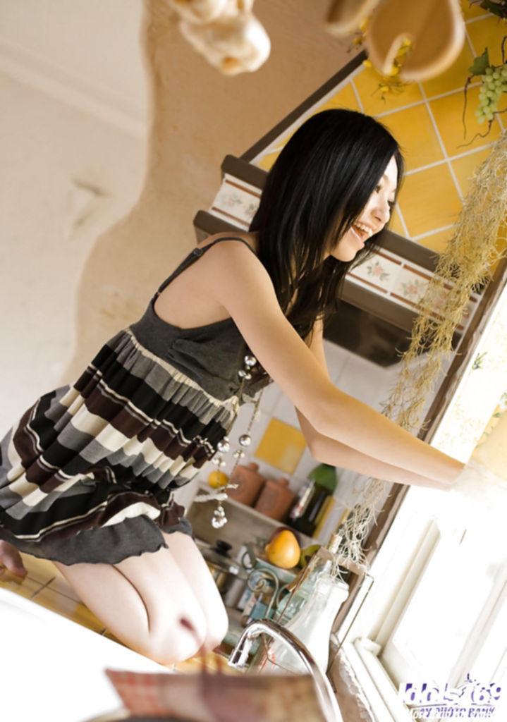 Хрупкая азиатка голышом прогуливается по кухне