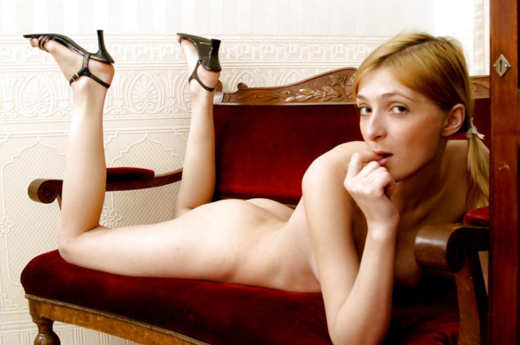 Студентка обнажила сверкнула голым телом