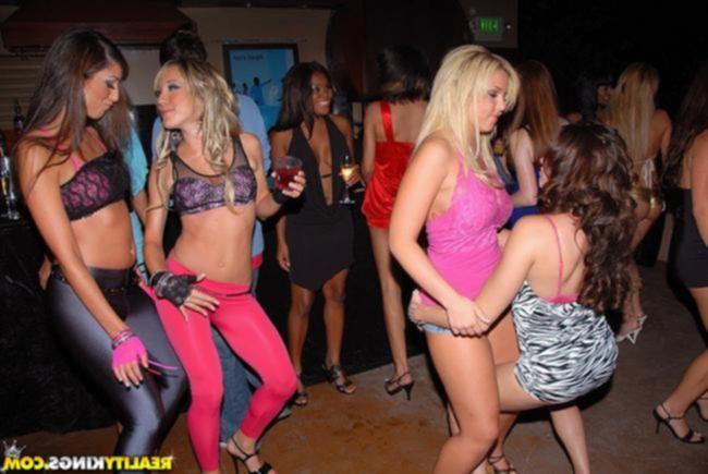 Много пьяных девушек и один парень