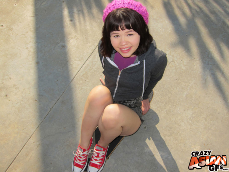 Азиатская студентка показала красивые сиськи