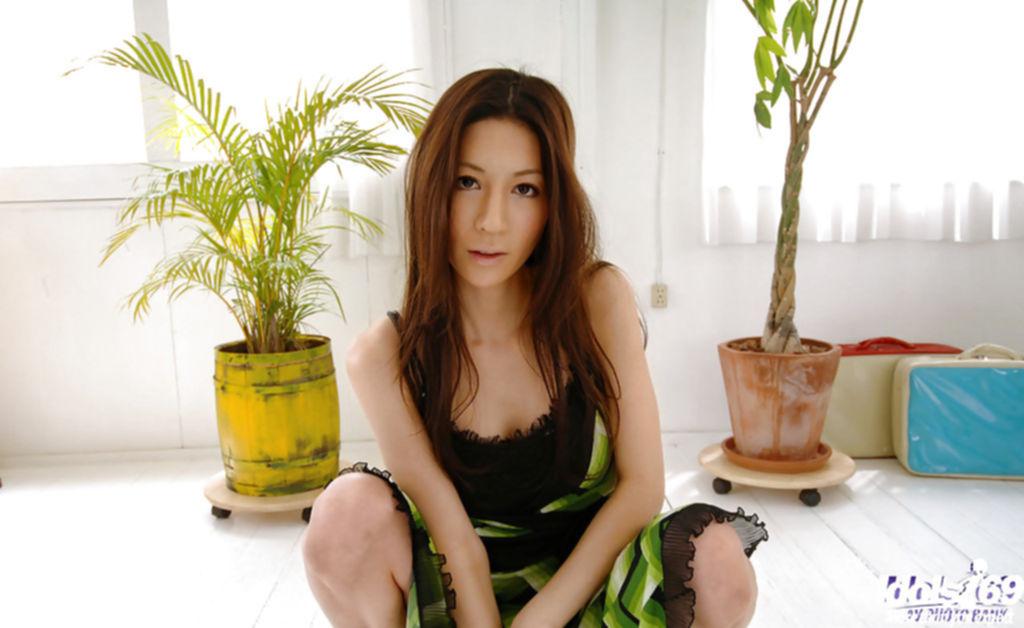 Азиатская сучка оголила прелести в гостях у друга
