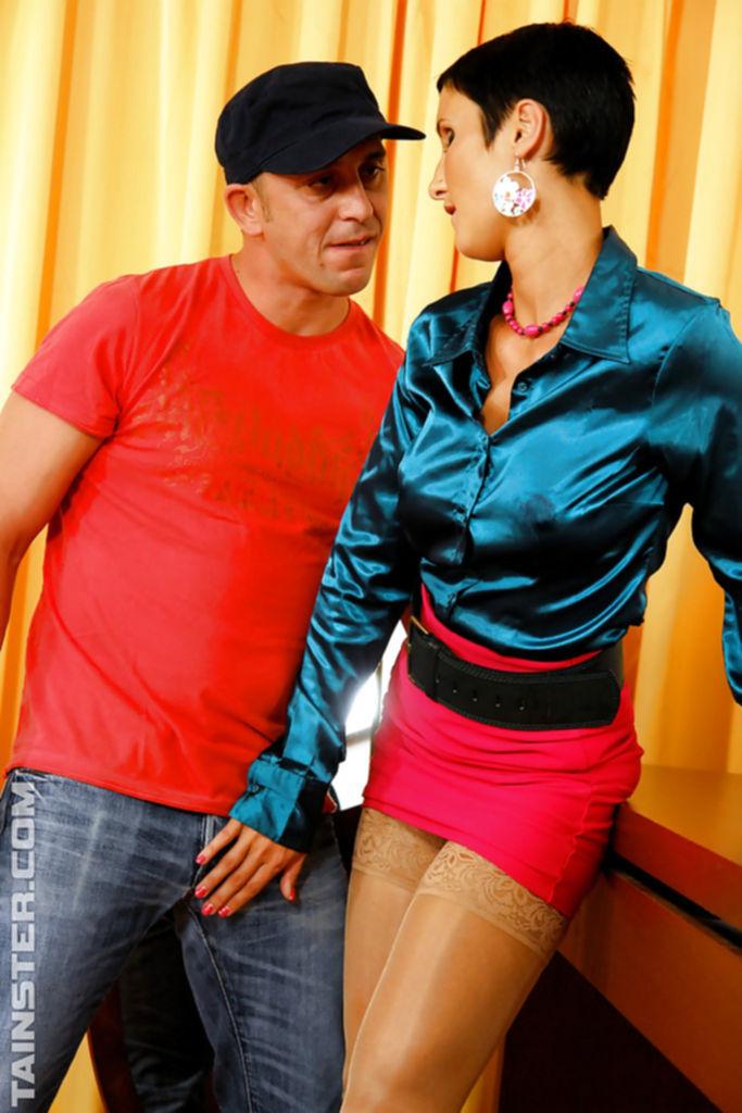 Секс в одежде с горячей мамкой и ее ухажером