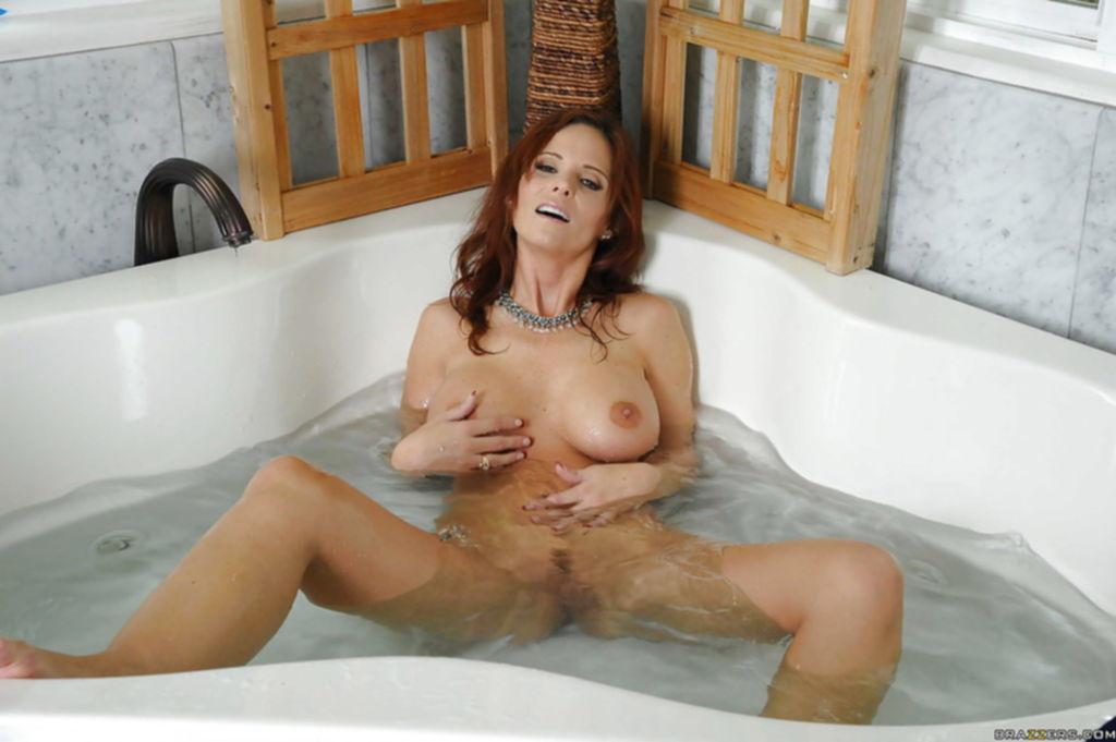 Сексапильная мамаша нежиться в ванной после уборки