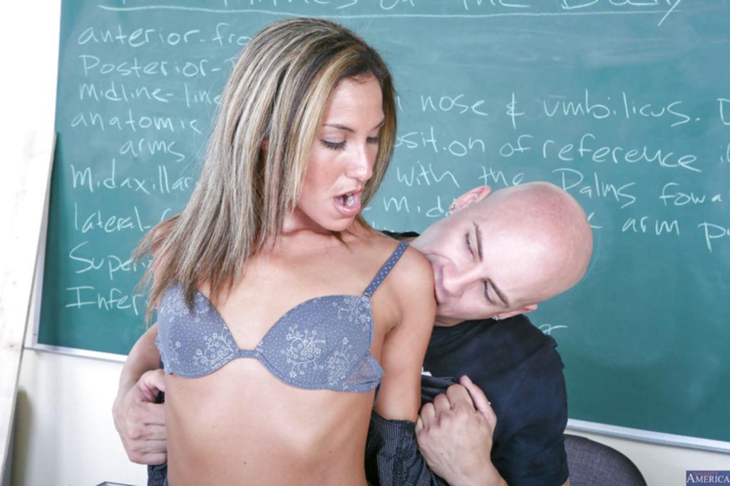 Училка соблазнила студента на оральные ласки