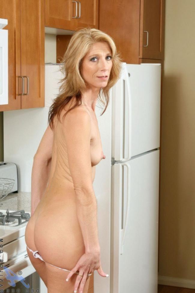 Зрелая женщина с твердыми сосками любит большие члены