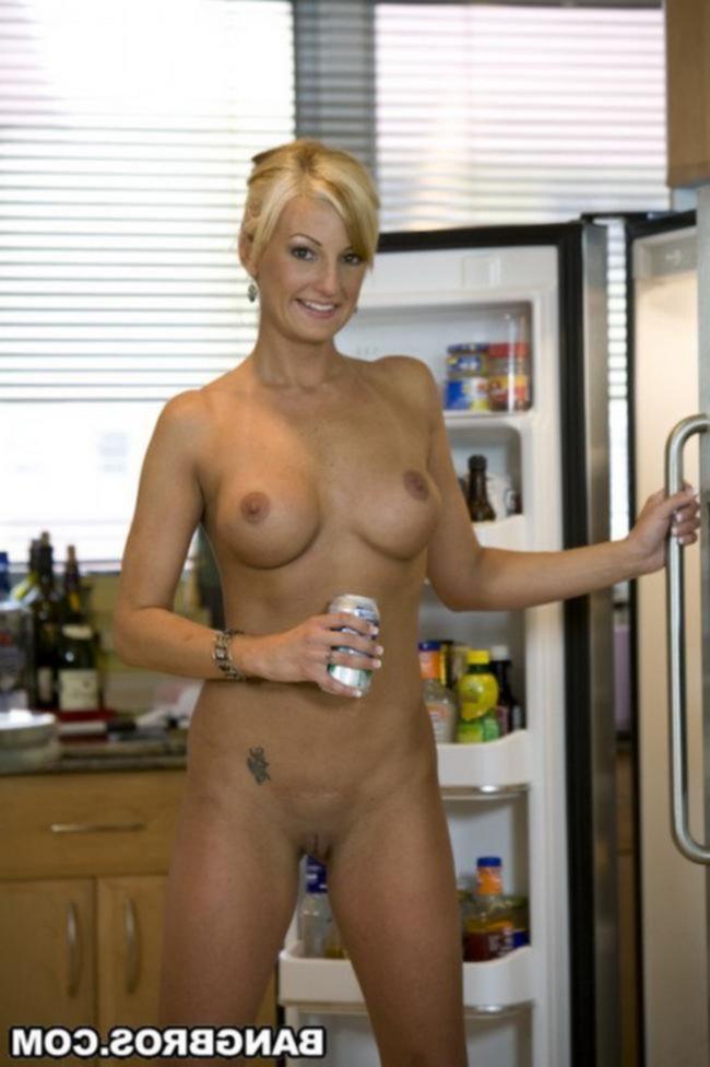 Прекрасная блондинка мастурбирует на кухне