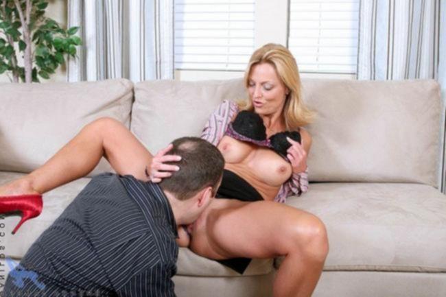 Женщина с круглыми дойками любит прыгать на твердом члене