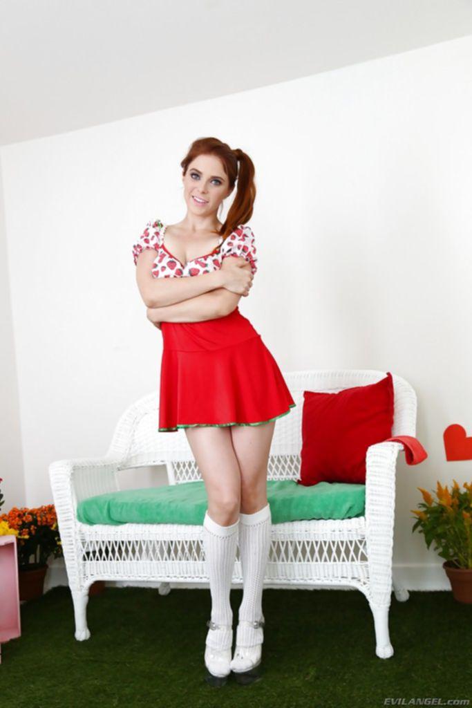 Рыжая блудница задрала платье и стала раком