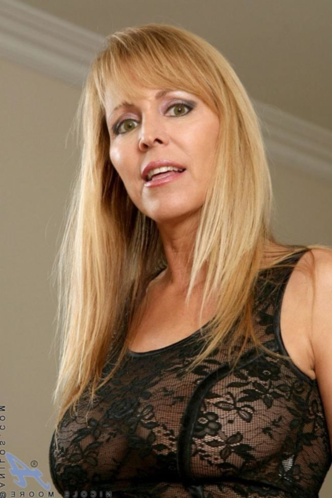 Зрелая женщина в нижнем белье любит возбуждать мужчин