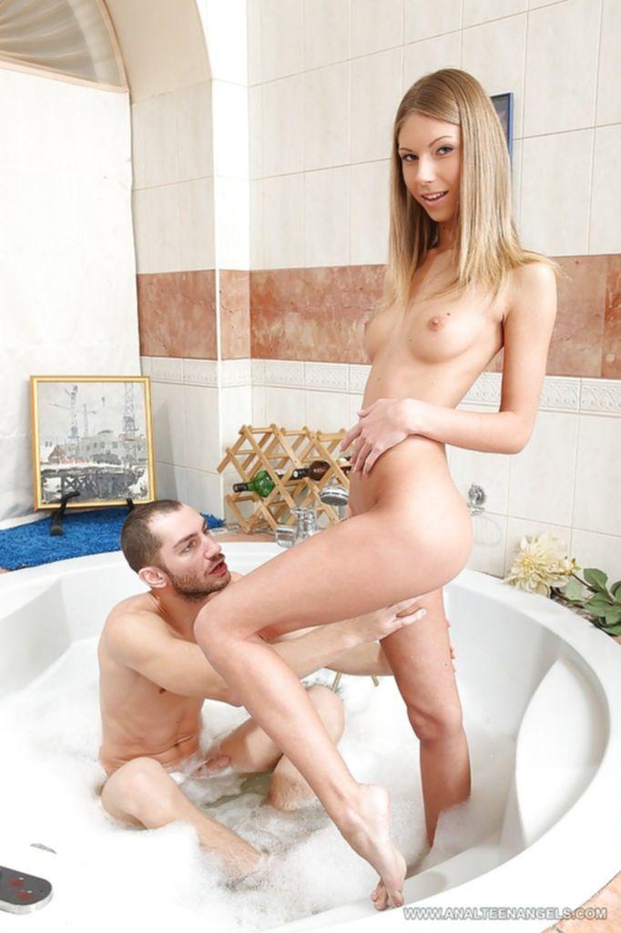 Голая худышка отсасывает парню в ванне