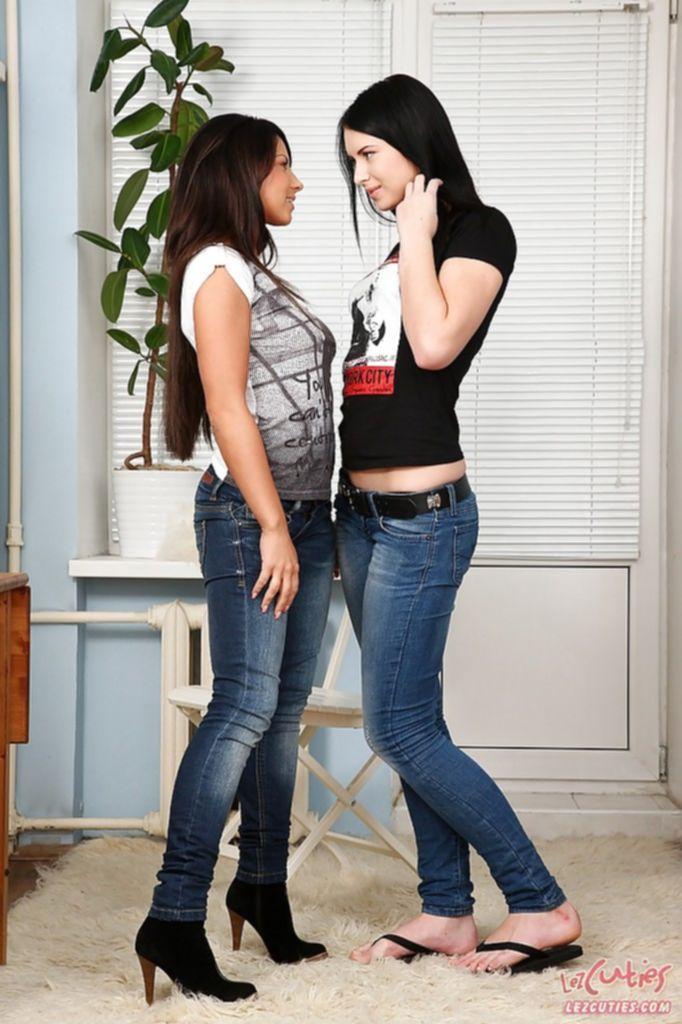 Лесбиянки засовывают дилдо в жопу
