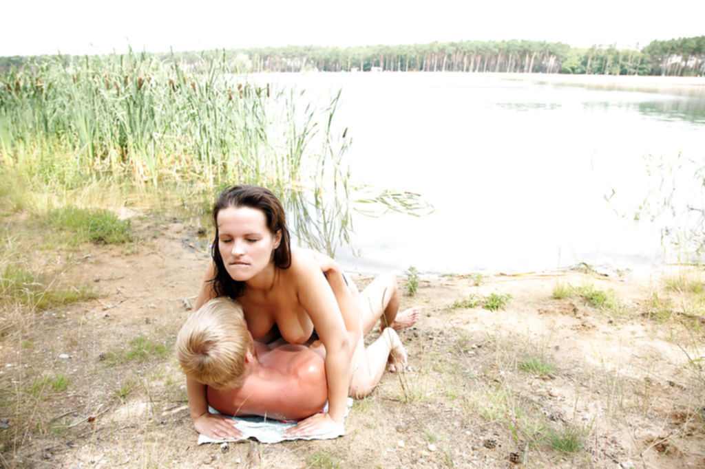 Блондин трахнул грудастую подругу на берегу реки