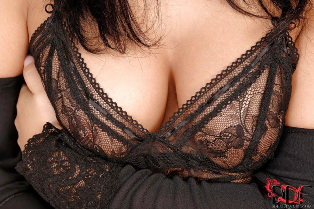 Красивая брюнетка в сексуальном белье ласкает киску в постели
